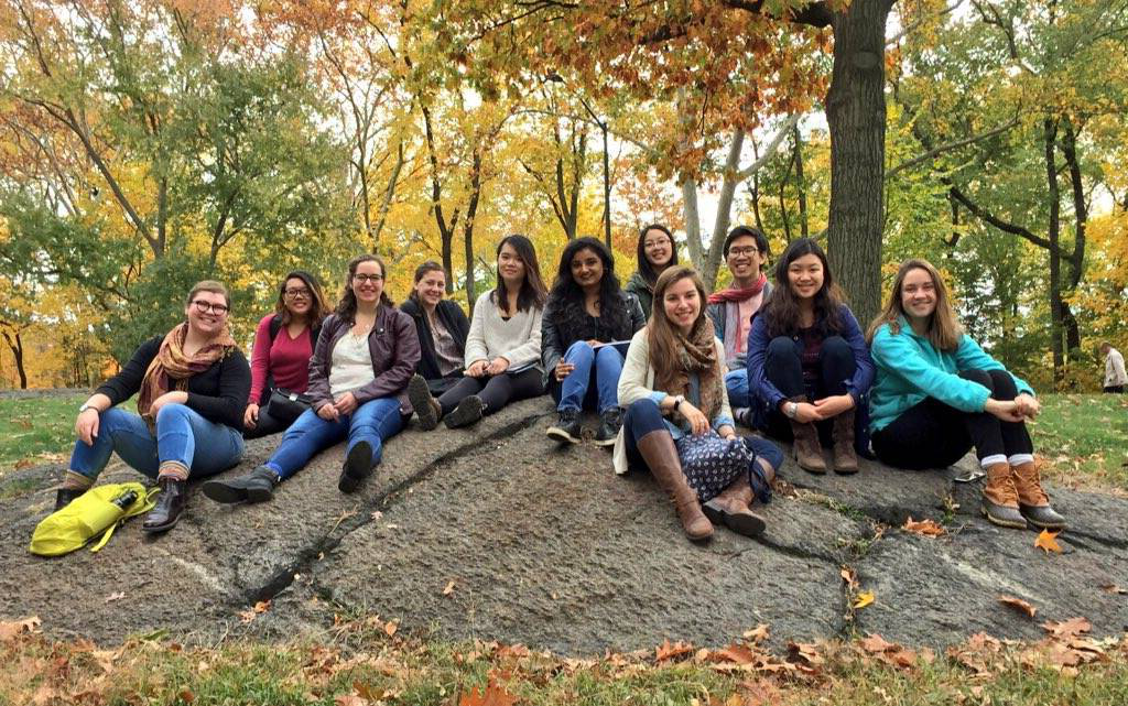 "After a morning meeting, students on the ""Sex, Sexism 和 Sexuality"" trip relax in Central Park. 该 group spent a week in New York City meeting with organizations involved in the feminism movement."