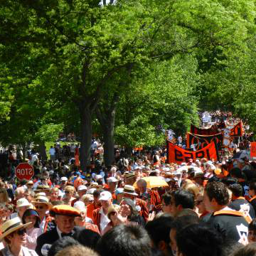 校友 and students at the P-rade